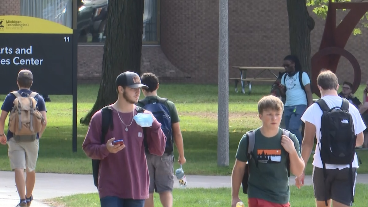MTU students walking around on the last day of the first week of class.